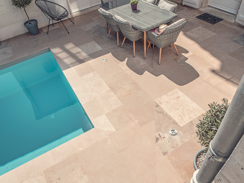 Réalisation Piscines & Concept - Piscine traditionnelle - volet roulant - membrane armée - gris - piscine ville - petite piscine