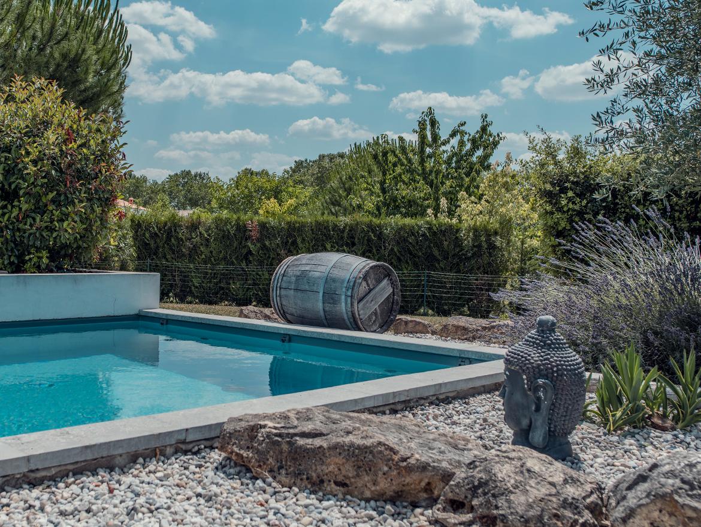 Réalisation Piscines & Concept - Piscine traditionnelle - membrane gris - margelles pierre naturelle