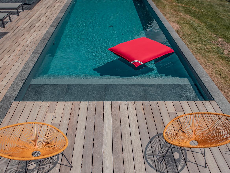 Réalisation Piscines & Concept - Piscine traditionnelle avec escalier - Terrasse bois exotique
