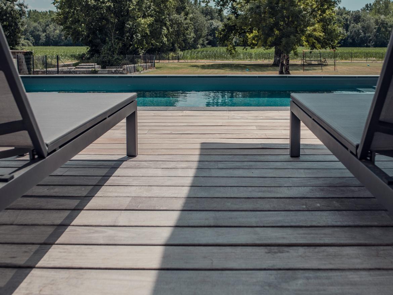 Réalisation Piscines & Concept - Piscine traditionnelle - Terrasse bois exotique